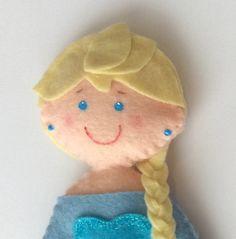 Boneca de feltro Elsa e Anna - Frozen.    Altura 15 cm.    *Preço unitário*