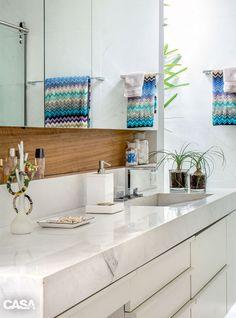 02-este-banheiro-com-acabamento-em-marmore-tem-vista-para-o-jardim Washroom, Bathroom Medicine Cabinet, Beauty Room, Interior Exterior, E Design, Interiores Design, Home Decor Inspiration, Decoration, Sweet Home