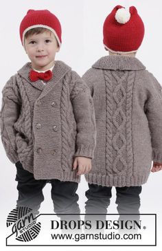 Charming Cooper - Jacket with cables and shawl collar and hat with pompom and bow for boys! Free knitting pattern by DROPS Design Free Childrens Knitting Patterns, Knitting For Kids, Knitting Designs, Baby Patterns, Free Knitting, Crochet Patterns, Start Knitting, Crochet Stitches, Baby Boy Cardigan