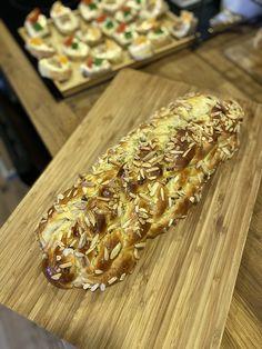Vytvoříme kvásek - droždí, jedna lžíce cukru a dvě lžíce vlažného mléka. Necháme trochu vykynout (10 minut).Připravíme těsto - smícháme mouku,… Bread, Baking, Food, Brot, Bakken, Essen, Meals, Breads, Backen