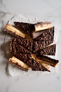 Chocolate Krispie Peanut Butter Shortbread bars are a delicious matchup. Buttery shortbread, fudgy peanut butter, and a chocolate krispie mixture. Salted Chocolate, Chocolate Desserts, Vegan Desserts, Just Desserts, Delicious Desserts, Chocolate Bars, Cakepops, Donuts, Healthy Peanut Butter Cookies