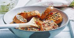 Die Süßkartoffeln unbedingt bei mäßiger Hitze grillen, damit sie innen durchgaren können. Sie schmecken als Beilage zu fast allem oder auch pur!
