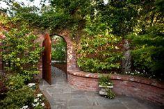 Schutzmauer Stützmauer-errichten zur Schalldämmung Ziegel Efeu-kletterpflanzen