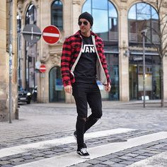Style by @_donthiago_ Yes or no?  Via @streetfitsgallery Follow @mensfashion_guide for dope fashion posts! ✅ #mensguides #mensfashion_guide