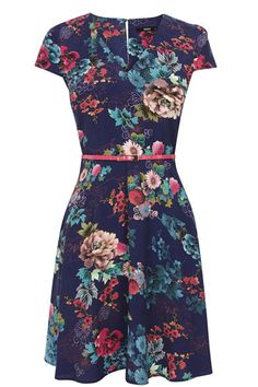This vibrant floral skater features a flattering v neckline and nipped in waist. The piece is finished with cap sleeve styling and a flippy skirt.