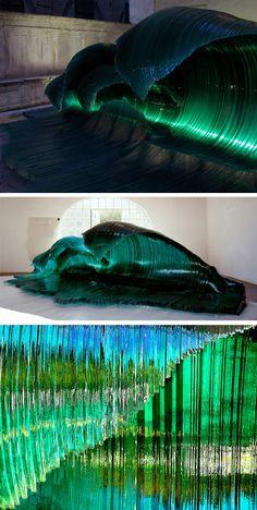 Sculpteur italien, Mario Ceroli aime travailler le bois et le verre. Aujourd'hui, je vous propose de découvrir l'une de ses oeuvres intitulée Maestrale (mistral en français) qui, à mon sens, est la plus impressionnante et la plus réaliste. Cette immense vague est réalisée à base de centaines de lamelles de verre ayant été courbées àcertains endroits pour prendre la forme la plus rapprochée d'une vague.