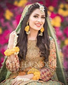 Discover thousands of images about (notitle) - Mehndi - Pakistani Wedding Hairstyles, Mehndi Hairstyles, Pakistani Wedding Outfits, Bridal Outfits, Bride Hairstyles, Indian Outfits, Indian Hairstyles, Pakistani Mehndi Dress, Bridal Mehndi Dresses