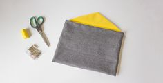 Special beginner sewing tutorial: the envelope pouch. DIY in step by step image. Sewing Tutorials, Sewing Crafts, Sewing Online, Diy Sac, Creation Couture, Sewing For Beginners, Diy Crochet, Coin Purse, Pouch