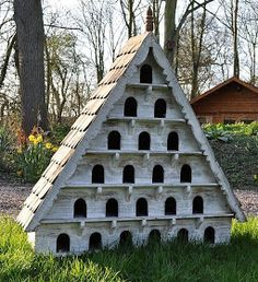 EXTRA large birdhouse for large birds like doves. Has to be secured off of ground. WANT!