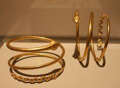 Joias do Egito Antigo. Braceletes ou anéis de braço. Museu Roemer e Pelizaeus, em Hildesheim, Baixa Saxônia, Alemanha. Fotografia: Einsamer Schütze.