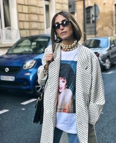Vintage dot jacket, T-shirt, short hair, and pearl necklace. Classic pearl necklace - worn in Unique and very chic way Street Style Outfits, Look Street Style, Street Styles, Street Style 2018, Street Chic, Trend Fashion, Look Fashion, Fashion Outfits, Womens Fashion