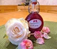 Rosenwasser DIY mit getrockneten Rosenblättern