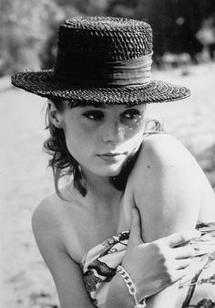 Françoise Dorleac in Nimes, France Catherine Deneuve, French Beauty, Classic Beauty, Classic Actresses, Actors & Actresses, Style 60s, Francoise Hardy, Star Wars, French Actress