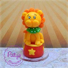 Miniatura leão no Picadeiro, ideal para decoração de mesa ou topo de bolo de festa de Circo! <br> <br>Produto sob encomenda. Valor unitário. <br> <br>Material: biscuit; base acrílica transparente. <br>Altura aproximada: 7cm. <br> <br>Antes de encomendar, não esqueça de conferir as políticas da loja (http://www.elo7.com.br/patysbiscuit/politicas ), e de entrar em contato para consultar disponibilidade na agenda!