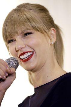 Taylor Swift, cabello liso y abundante  A pesar de tener el pelo fino y rubio, lo cierto es que Taylor tiene en abundancia lo cual puede ser un problema cuando se trata de encontrar volumen. Tiene la textura ideal para un flequillo recto pero, dejando los lados ligeramente más largos, consigue enmarcar el rostro y aportar forma.