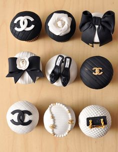 Designer Cupcakes - Chanel, but of course why not a wedding theme! Chanel Party, Chanel Wedding, Cupcakes Chanel, Chanel Cookies, Beautiful Cupcakes, Cute Cupcakes, Wedding Cupcakes, Themed Cupcakes, Party Cupcakes