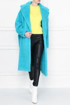 Бирюзовая шуба из «плюшевого мишки» — шерсти альпаки, овечьей шерсти и шелка. Модель длины миди с английским воротником и двубортной застежкой на пуговицы. Max Mara, Sweaters, Fashion, Moda, La Mode, Sweater, Fasion, Fashion Models