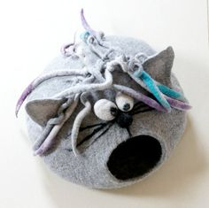 Cat bed/ cat cave/ cat house/ Felted cat house -Curly cat                                                                                                                                                                                 Más