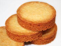PALETS AUX AMANDES (Pour 20 pièces : 170 g de beurre salé, 125 g de farine, 80 g de poudre d'amandes, 90 g de sucre glace, 2 jaunes d'oeufs)