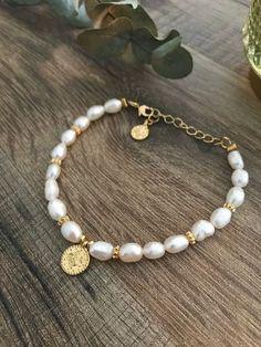bracelet avec véritables perles d'eau douce Dainty Jewelry, Beaded Jewelry, Jewelry Bracelets, Jewelry Accessories, Jewelry Design, Pearl Bracelets, Bracelet Men, Jewellery, Earrings Handmade