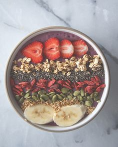 Blueberry-Raspberry-Banana Smoothie Bowl — colorful, fun, and healthy, this spoonable smoothie with toppings is such a great way to start the day, via Claire Thomas Banana Smoothie Bowl, Raspberry Banana Smoothie, Mixed Berry Smoothie, Healthy Smoothies, Smoothie Recipes, Healthy Snacks, Healthy Eating, Healthy Recipes, Smothie Bowl