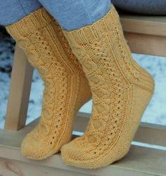 Free pattern Ravelry: Kin-socks (English) pattern by Sari Suvanto. Worsted, top down. Loom Knitting, Knitting Socks, Knitting Videos, Baby Knitting, Crochet Socks, Knit Mittens, Knitted Hats, Slipper Socks, Slippers