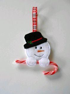 Los bastones de caramelo son un elemento clásico de la Navidad. Se utilizan mucho para decorar y para obsequiar, sin embargo cuando hacem. Felt Christmas Decorations, Christmas Ornaments To Make, Christmas Sewing, Christmas Makes, Felt Ornaments, Kids Christmas, Handmade Christmas, Snowman Crafts, Christmas Projects