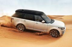 Le Range Rover roulant sur une dune de sable
