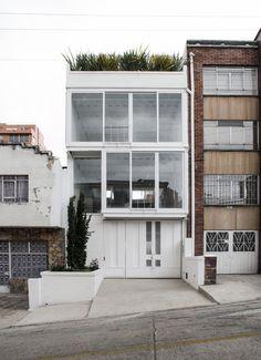 Construido en 2014 en Bogotá, Colombia. Imagenes por Santiago Mesa, Luis Carlos Díaz. Este proyecto es el prototipo 1.0 de un Edificio de usos mixtos para predios de pequeño formato ubicado en Chapinero, uno de los barrios más...