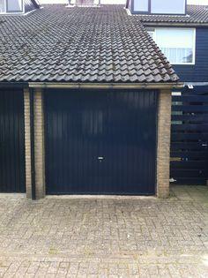 Hoewel nog strak in de verf, de luxe van een garagedeur die met een afstandbediening werkt en isolerend is, is bij Top Level bv te verkrijgen