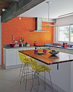 Pastilhas de vidro laranja dão cor à cozinha projetada pela arquiteta Flavia Petrossi
