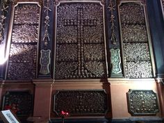 Chiesa di San Bernardino alle ossa. Inizio costruzione 1269 completamento 1776.  La cappella ossario venne terminata nel 1695. Di forma quadrata ha tutte le pareti ( comprese le porte e i pilastri ) rivestite da teschi e ossa  che sono stati disposti in vari modi  arrivando perfino a comporre figure geometriche come croci di vario tipo…