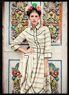 Сегодня я хочу вас познакомить с австрийским дизайнером, создающей прекрасные ретро-наряды современности - Lena Hoschek. Lena Hoschek сначала работала ассистенткой у Vivienne Westwood, а к 24 годам уже создала свою линию одежды, которая быстро стала довольно популярной. 40-е и 50-е годы, наряды, подчеркивающие женственность, соблазнительность и красоту представительниц прекрасной половины человечества.