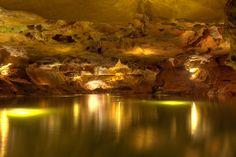 Visitar las grutas de San José nos permite sumergirnos en las profundidades de la tierra y contemplar el espectáculo que el río ha creado a su antojo tras siglos de erosión. A cada paso que damos, las estalactitas y estalagmitas nos sorprenden con sus caprichosas formas.