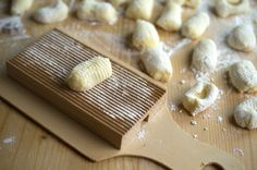 Making great gnocchi that melt in your mouth seems easy, after all there are only 4 ingredients. Yet, it can often be challenging to arrive at the right consistency. Here are four tricks to help you make fluffy, pillow-like gnocchi.