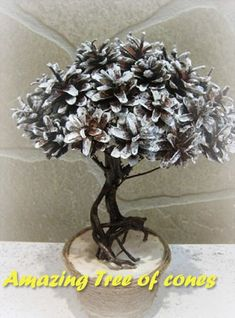 Beautiful trees for the happiness of pine cones and autumn fruits: 17 beautiful inspirations that will please you for months! Pine Cone Tree, Pine Cone Christmas Tree, Cone Trees, Pine Cones, Christmas Diy, Diy Home Crafts, Fall Crafts, Christmas Crafts, Pine Cone Decorations