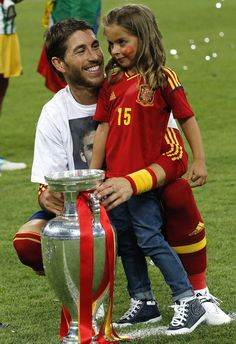 Spanish defender Sergio Ramos and a young girl pose with the trophy after winning the Euro 2012 football championships final match Spain vs Italy on July 2012 at the Olympic Stadium in Kiev. Madrid Football, Football Love, Best Football Team, Ramos Real Madrid, Kun Aguero, Kids Winter Fashion, Most Popular Sports, James Rodriguez, Fernando Torres