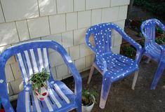 Cute idea to revitalize plastic chairs Outdoor Crafts, Outdoor Fun, Painting Plastic Chairs, Reading Garden, Wooden Garden Furniture, Diy Spray Paint, Small Outdoor Spaces, Rock Painting Ideas Easy, Lawn Chairs