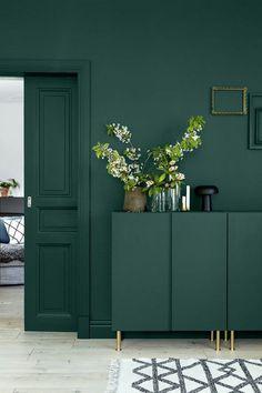 peinture glycéro verte, décoration avec des fleurs, tapis en noir et blanc