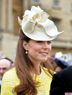 A Sunny Kate Middleton Enjoys a Palace Garden Party: Kate Middleton wore a yellow coat by Emilia Wickstead to a garden party hosted by Queen Elizabeth II. : Kate smiled while talking to garden party guests. : Kate wore a fascinator for the occasion. Princesa Kate Middleton, Kate Middleton Photos, Kate Middleton Style, George Of Cambridge, Catherine Cambridge, Duchesse Kate, Estilo Real, Prince William And Kate, Royal Fashion