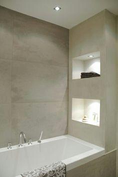 Jeroen zijn idee van een open kast aan het bad. Dit is ook een mooie uitvoering met verlichting en tegels met binnen een andere kleur dan buiten.