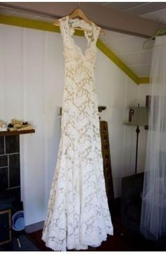 Keyhole Back Floor-Length Sheath Lace Wedding Dress
