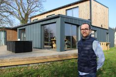 Killian Chastel built his atypical house by himself, near Dinan, by welding six containers that crossed the oceans. Tiny Container House, Building A Container Home, Container Buildings, Container Architecture, Steel Frame House, A Frame House, Shed Homes, Prefab Homes, Cargo Home