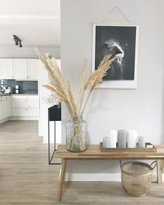 Pampasgras ist eine super Deko-Idee, die uns sommerlich an den letzten Strandurl… Pampas grass is a great decoration idea that reminds us of the last beach holiday in the summer. Discover even more home ideas on COUCHstyle up Decor, Home And Garden, Furniture, Interior, Interior Inspiration, Decor Inspiration, Home Decor, House Interior, Home Deco