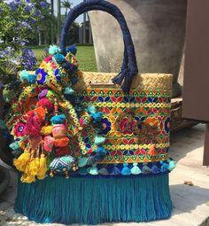 Nos enfocamos en crear diseños innovadores, que inspiren, que enamoren y que al mismo tiempo lleven siempre nuestra esencia. #Artesanal #hechoenmexico #hechoamano #Mexico #Diseño #Detalles #Color Hippie Bags, Boho Bags, Diy Bags Patterns, Ethnic Bag, Diy Tote Bag, Quilted Bag, Summer Bags, Crochet Home, Vintage Bags