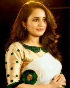 Kerala Saree Blouse Designs, Blouse Designs Silk, Saree Blouse Patterns, Indian Blouse, Bridal Blouse Designs, Indian Sarees, Kurti Sleeves Design, Kurta Neck Design, Saree Embroidery Design