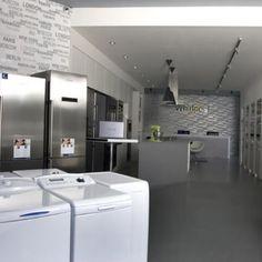 Nový showroom se nachází na rozhraní pražských Vinohrad a Vršovic. Zabírá plochu o rozloze 100m2, na které se nachází více jak 80 kusů vestavěných i volně stojících spotřebičů od značky Whirlpool Corporation. Takto velká prodejní plocha mohla vzniknout díky propojení tří stávajících místností. K celému projektu bylo od začátku přistupováno tak, aby se vyhovělo jak zadání objednatele, tak i dobré orientaci kupujících v prostoru. Prodejna je tedy velmi dobře přehledná již od hlavního vstupu…