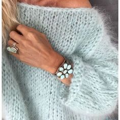 Douceur de fin de semaine .. ♡ Happy friday IG .. Mohair angora menthe à l'eau #lilisonge Bague #harpoparis Bracelet #bellrock #sweetness #happywinter #winter #wintermood #pullfaitmain #handmadewithlove #instacreative #mohair #mohairsweater #toutdoux #sweetday #friday #maille #fashion #createurs #turquoise #instastyle #bohochic #douceur #instamood #knitting #knittedsweater #pull #love #happyfriday