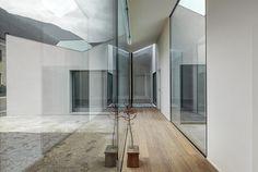 Die Architekten von ifdesign überzeugen mit einem introvertiert, lockeren Entwurf, der zudem neue Wege beim Typus Einfamilienhaus beschreitet.