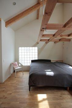 ガラスブロックより光を取り込む寝室(『永福の家』光と風が通り抜ける、明るくかわいらしい住宅)- ベッドルーム事例